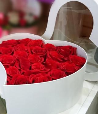 Кутия сърце с 21 червени рози