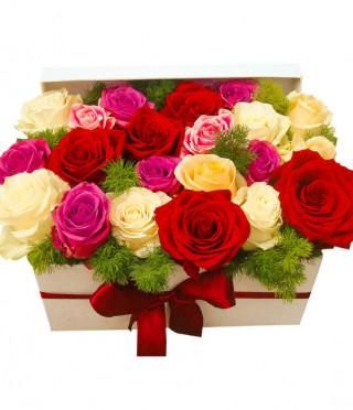Дървена кутия с пъстри рози