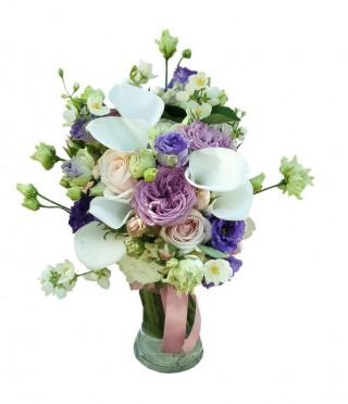 Компактен букет в бяло и лилаво