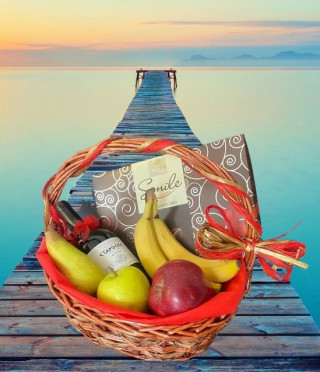 Подаръчна кошница Вино Старосел с плодове