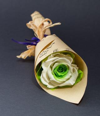 Букетче с двуцветна вечна роза