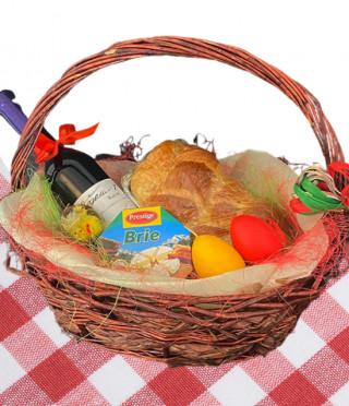 Великденска кошница с вино от касис