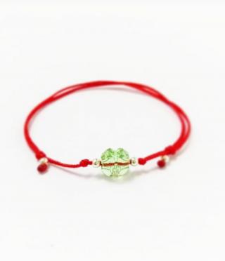 Амулет гривна с червен конец и кристална детелинка за дете