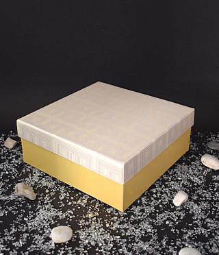 Жълта кутия с бял капак