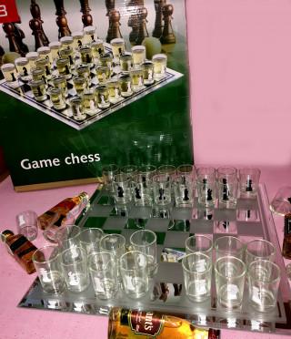 Стъклен шах с чашки