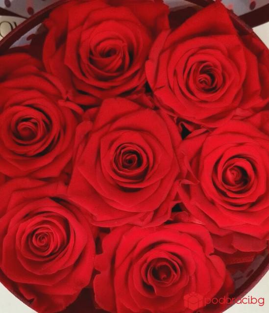 Кръгла кутия с  7 червени рози