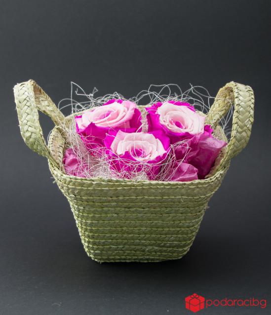 Рози в плетена кошничка