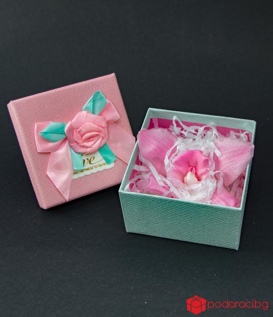 Розова орхидея в подаръчна кутийка