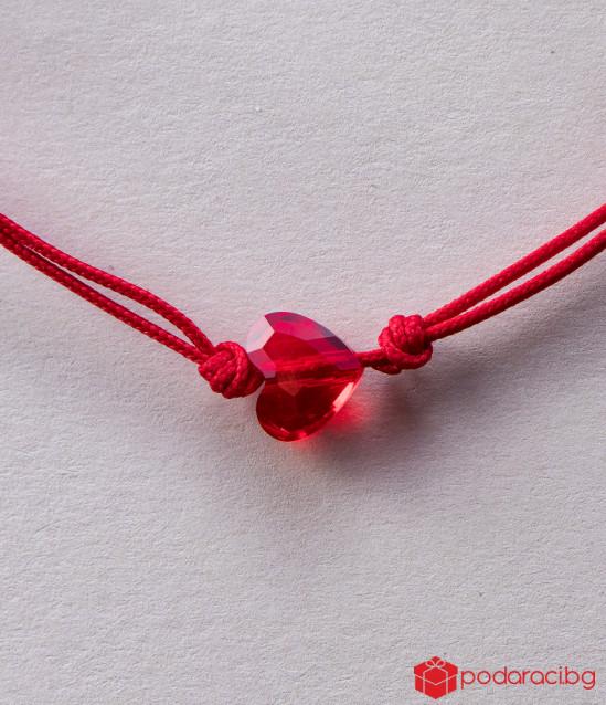 Дамска гривна с червен конец и червено сърце