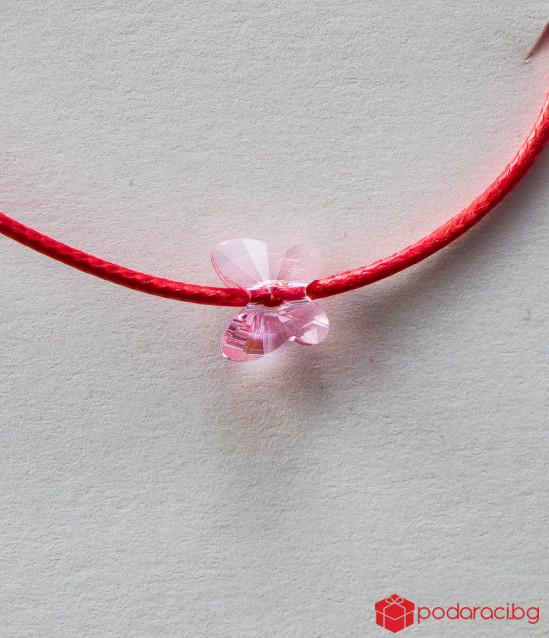 Детска гривна с червен конец и розова пеперуда
