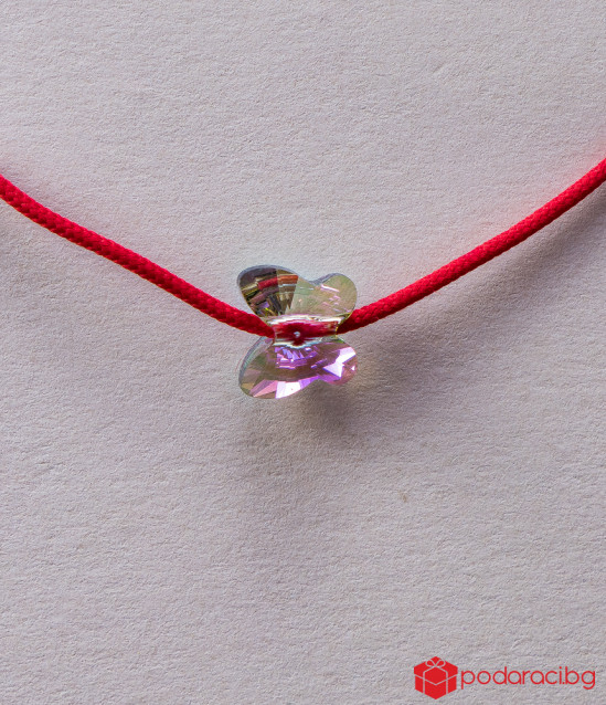 Дамска гривна с червен конец и пеперуда цвят хамелеон