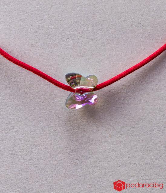 Детска гривна с червен конец и пеперуда в цвят хамелеон