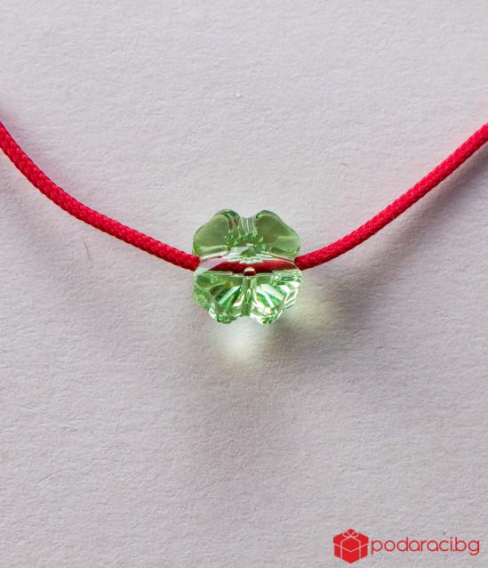 Детска гривна с червен конец и зелена детелинка