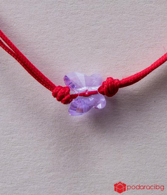 Дамска гривна с червен конец и лилава пеперуда