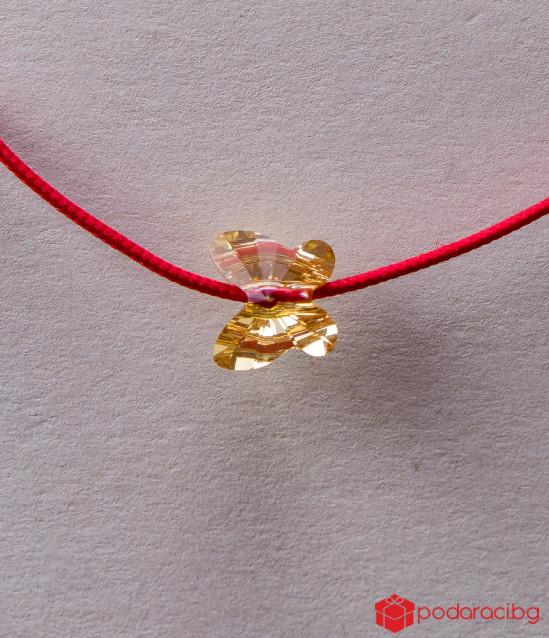 Дамска гривна с червен конец и златиста пеперуда