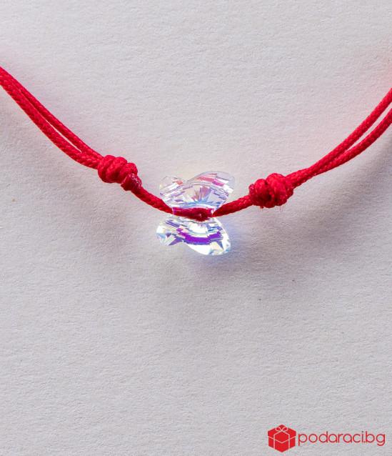 Дамска гривна с червен конец и бяла пеперуда