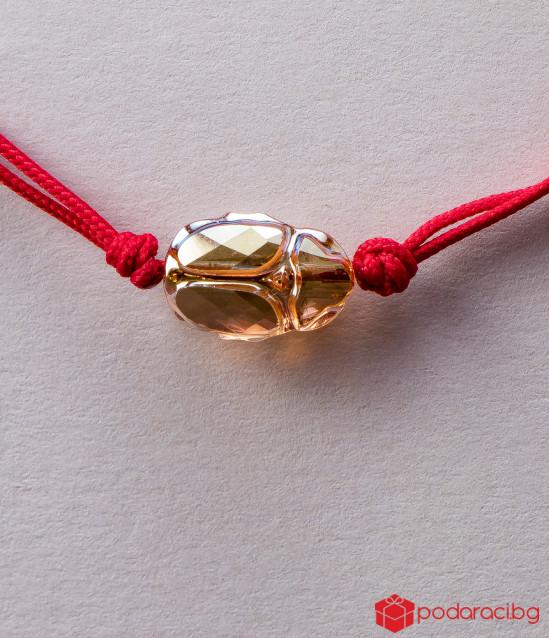Дамска гривна с червен конец и златист Скарабей