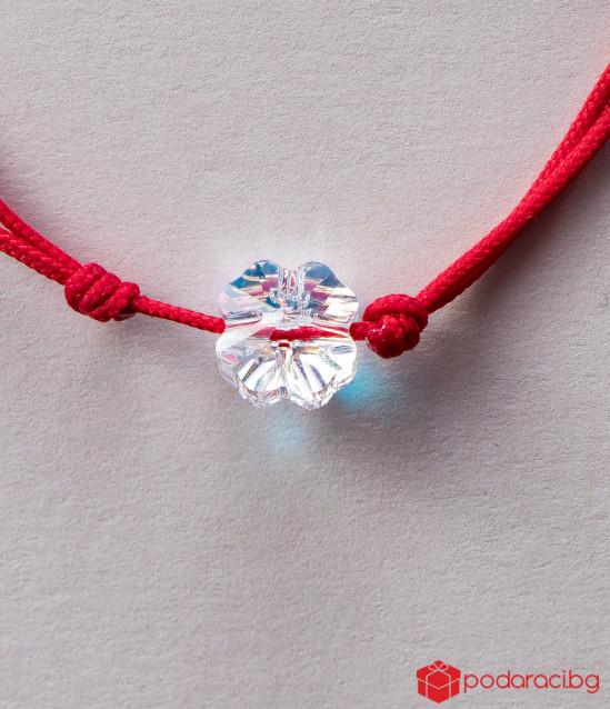 Дамска гривна с червен конец и бяла детелинка