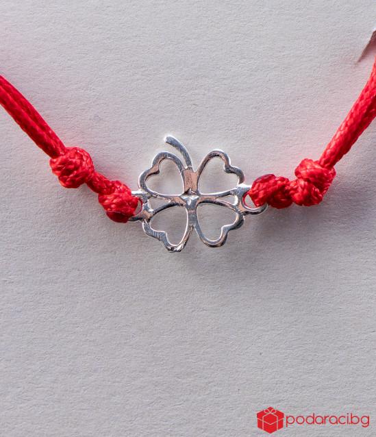Дамска гривна с червен конец и сребърна детелинка