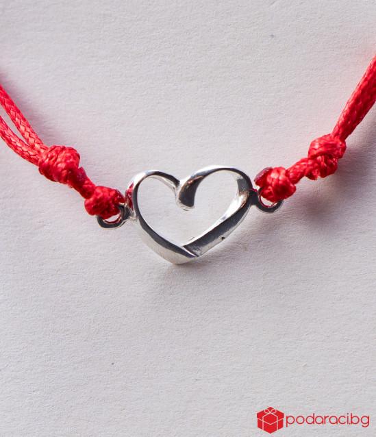 Дамска гривна с червен конец и сребърно сърце