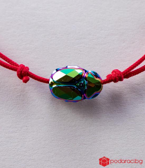 Дамска гривна с червен конец и Скарабей цвят хамелеон