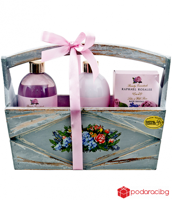 Gift set with Rose in a wooden basket