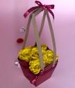 Кошничка с жълти вечни рози