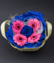 Розови гербери и синя вечна роза в кошничка
