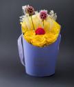 Аранжировка с жълти вечни рози в лилава кутия