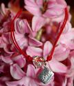Гривна с червен конец с висулка писмо и сърце