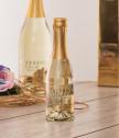 Сватбен подарък с гравирани чаши и златно шампанско