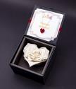 Луксозна бяла вечна роза с бижу сърце